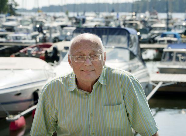 86-vuotias Heikki Hietamies liikkuu nykyään rollaattorin avulla. Hyväkuntoisuudestaan hän kiittää liikuntaa ja laiskuutta. Kuva vuodelta 2013.