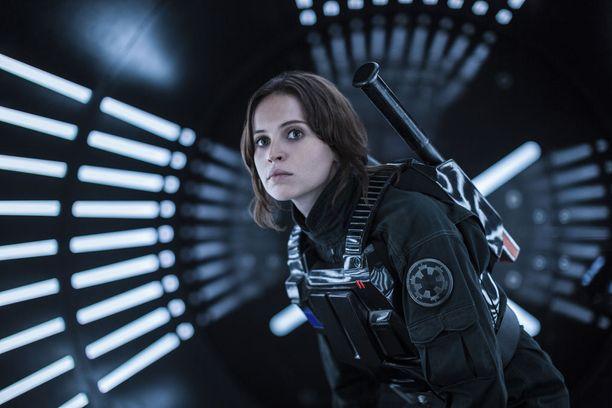 Uuden Tähtien sota -filmin pääosassa on edellisen elokuvan tapaan nainen, 33-vuotiaan englantilaisen Felicity Jonesin näyttelemä nuori kapinallistaistelija Jyn Erso.