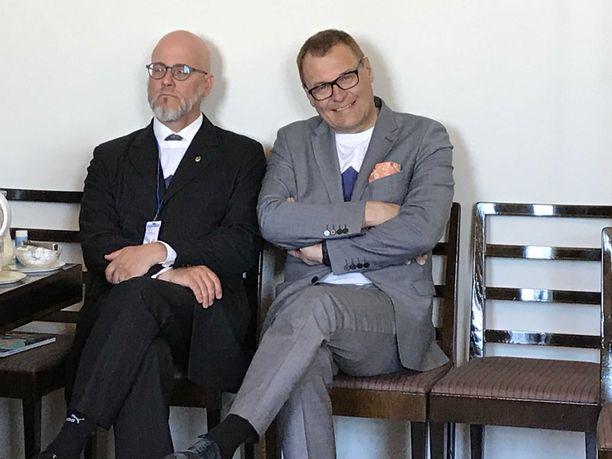 Sinisten vaalipäällikkö Pekka Sinisalo sekä puoluesihteeri Matti Torvinen kätkivät logo-paitansa ennen tiedotustilaisuuden alkua.