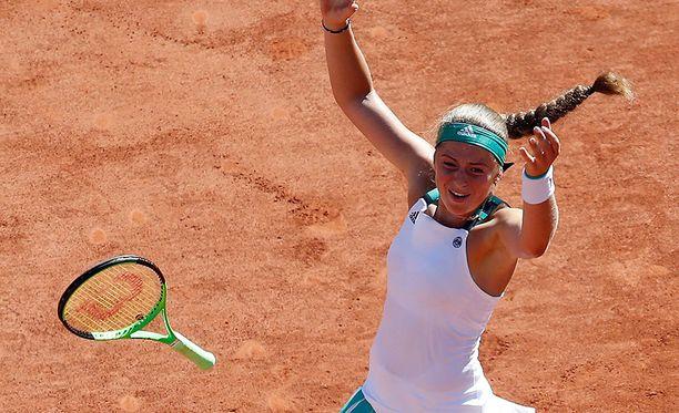 Jelena Ostapenko juhli Ranskan avointen naisten kaksinpelimestaruutta.