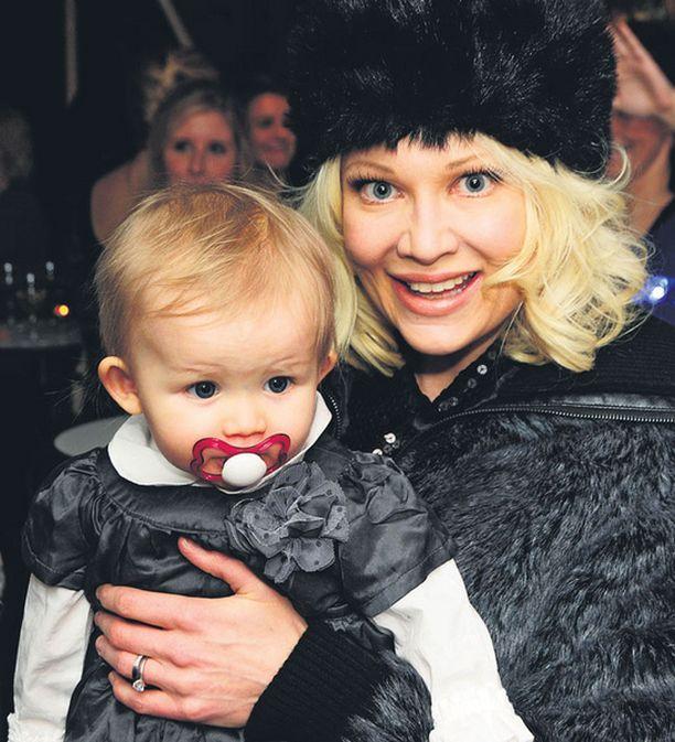 Linda Lampeniuksen Olivia-tytär kulkee äitinsä mukana myös työkeikoilla.