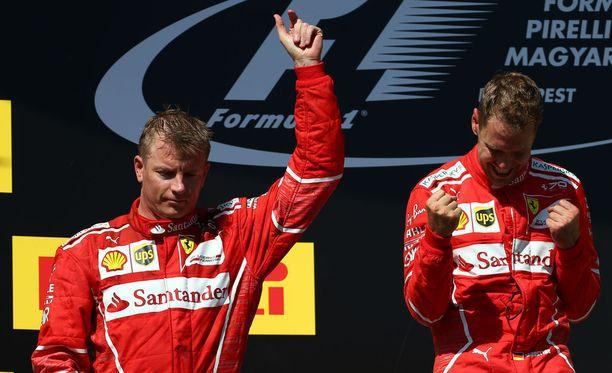 Kimi Räikkönen oli jo unohtanut kisakiukkansa palkintopallilla.