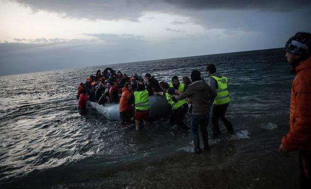 Joukko Turkista lähteneitä ja Egeanmeren ylittäneitä pakolaisia rantautui Lesbosin saarelle Kreikkaan perjantaina.