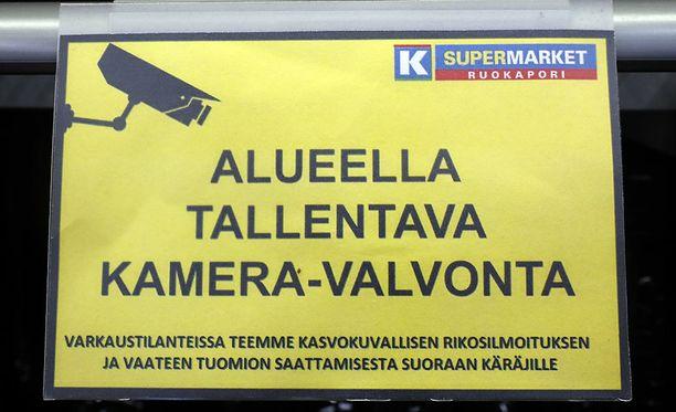Kauppiaat ottivat ilolla vastaan hallituksen päätöksen muuntorangaistuksen palauttamisesta. Helsinkiläisen ruokakauppiaan Saku Kytölän mukaan osa myymälävarkaista jää saman päivän aikana useita kertoja.