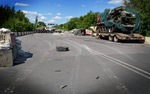 Itä-Ukrainan separatistien taisteluasema Kramatorskin ja Slovjanskin kaupunkien välissä oli hylätty viikonloppuna kiireellä: paikalle oli jäänyt panssarivaunun lisäksi aseita ja henkilökohtaisia tarvikkeita. Kuvan ottamishetkellä puiden takaa kuului raskaiden taisteluiden ääniä. Asvaltilla oli raskaiden ammusten hylsyjä ja panssarivaunujen telaketjujen jälkiä.