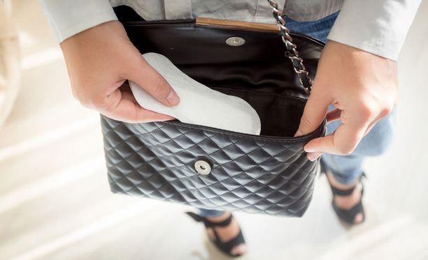 Tuntuvatko kengät epämukavilta? Ehkäpä apu löytyy käsilaukusta terveyssiteen muodossa.
