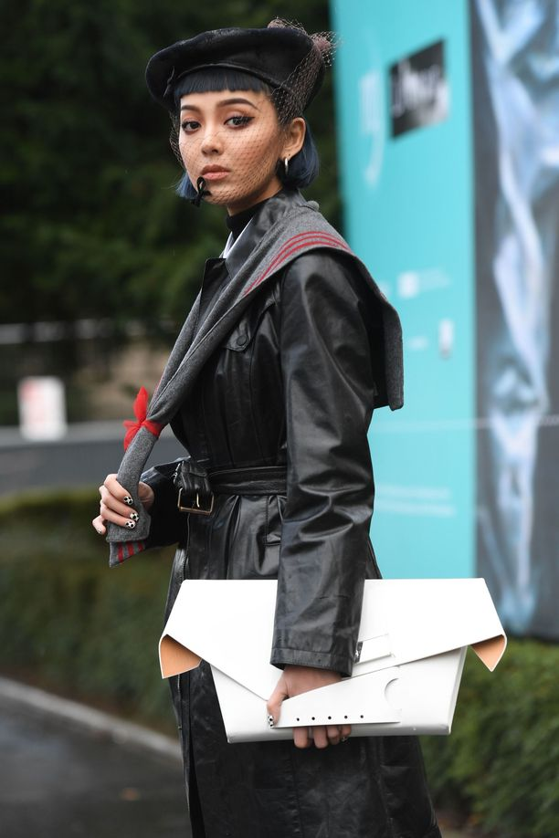 Kiwi Lee yhdistää baskerin mustaan nahkaan.