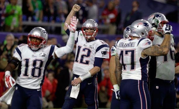 Tom Brady (12) juhli joukkuetovereidensa kanssa Patriotsin ensimmäistä mestaruutta kymmeneen vuoteen.