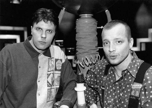 -Rakastin tehdä töitä Simo Rantalaisen kanssa. Tänä päivänä en tiedä televisiomaailmasta ketään, jonka ajoitus olisi yhtä taivaallinen kuin Simon, Jari Sarasvuo kirjoittaa 1990-luvun talk show -juontajaparistaan. Kuva vuodelta 1994.