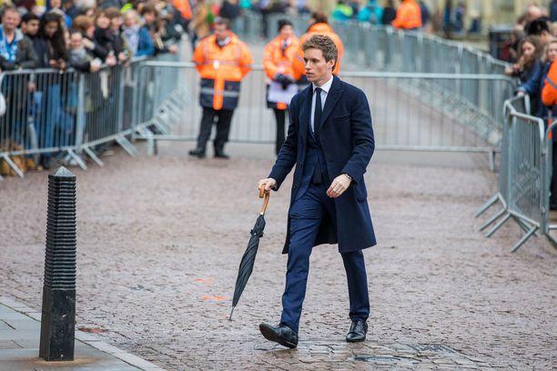 Näyttelijä Eddie Redmayne saapui ensimmäisten joukossa hautajaisiin.