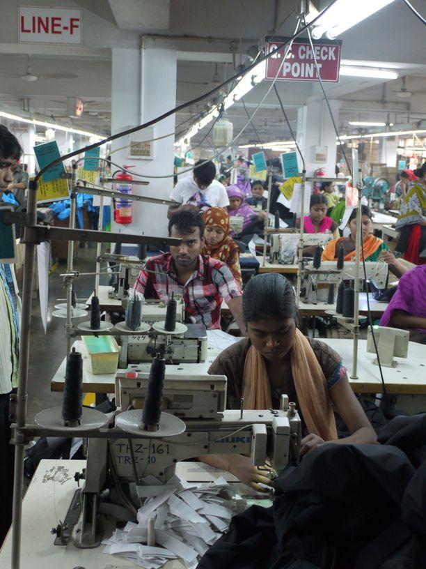 Kuvituskuva vaatetehtaalta Bangladeshista.