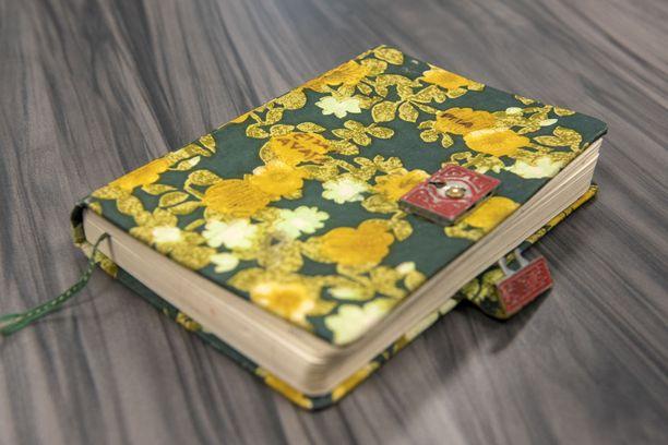 """Tässä on Piia Ristikankareen päiväkirja, jonka poliisi on tutkinut läpikotaisin. Kannessa lukee Piian nimi ja teksti: """"Ei saa avata."""""""