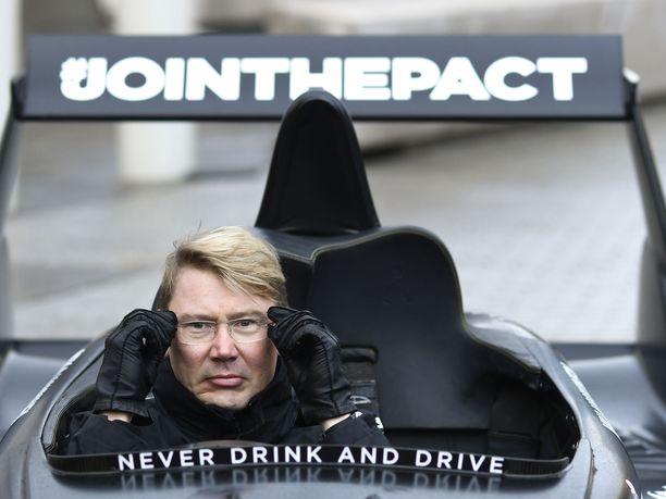 Mika Häkkiselle luovutettiin perjantaina McLarenin kaikkien aikojen nopein liikennekäyttöön hyväksytty superauto, McLaren Senna.