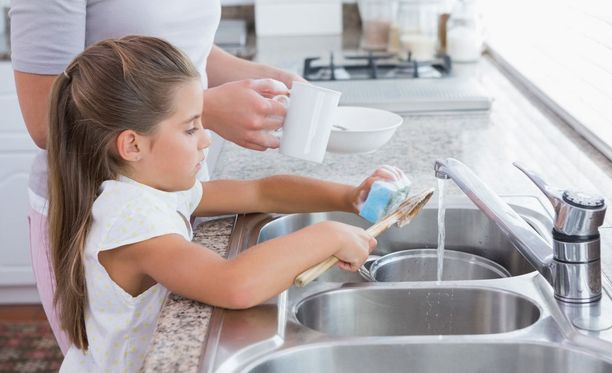 Kotityöt opettavat lasta kantamaan vastuuta myöhemmin myös isommista asioista, sanoo suunnittelija Satu Tallgren Mannerheimin Lastensuojeluliitosta.