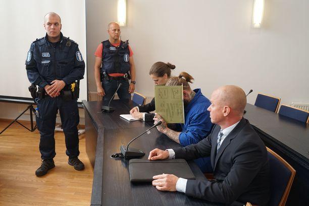 Porvoon poliisiampujiksi epäillyt veljekset vangittiin todennäköisin syin murhan yrityksistä epäiltyinä.