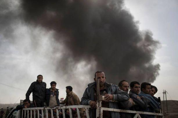 Ihmisiä tiistaina lähellä Qayaran tarkastuspistettä Mosulin eteläpuolella.