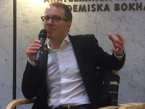 Iltalehden politiikan toimittaja Lauri Nurmi on ennen Rinnettä kirjoittanut kirjat Sauli Niinistöstä ja perussuomalaisista.
