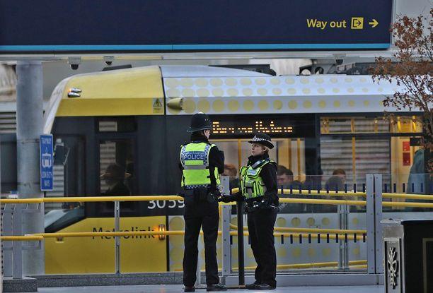 Kolme ihmistä haavoittui maanantai-iltana veitsi-iskussa Britannian Manchesterissa kaupungin rautatieasemalla.