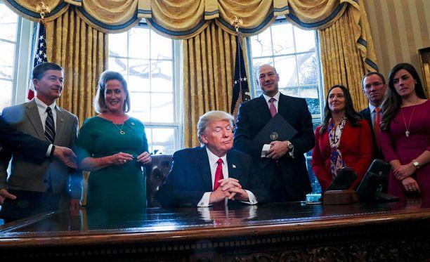 Presidentti Donald Trump Valkoisessa talossa.