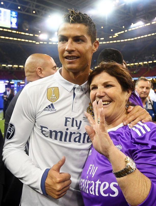 Cristiano Ronaldo juhlii äitinsä Dolores Aveiron kanssa Real Madridin voittoa Walesin Cardiffissa kesäkuussa 2017.