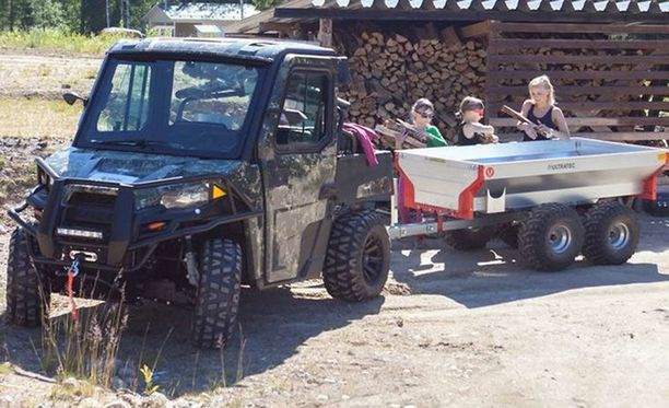 Kuvan Polaris Ranger -traktorimönkijä on nelivetoinen ja rekisteröity kahdelle.