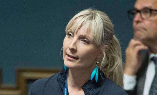 Laura Huhtasaari uskoo voittavansa presidenttikilvan kokenutta Paavo Väyrystä vastaan.