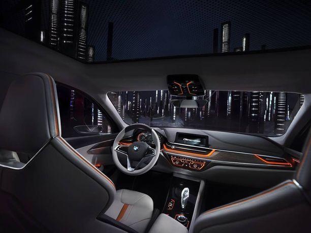 Ohjaamossa on vielä showauton kimallusta, mutta ilme on jo tuttua BMW:tä.