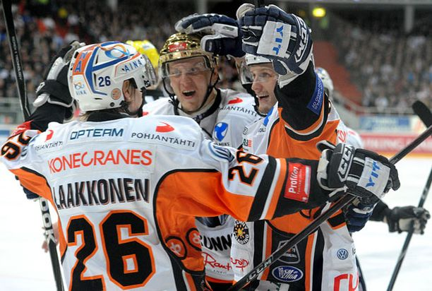HPK:n Joonas Vihko iski ottelun avausmaalin. Onnittelemassa kultakypärä Ville Viitaluoma ja ottelun lopussa voittomaalin syöttänyt Janne Laakkonen.