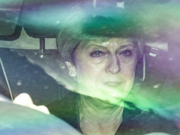 Theresa Mayn aika pääministerinä on ohi. Kuva kyynelsilmäisestä Maysta julkaistiin torstaina useissa brittilehdissä.