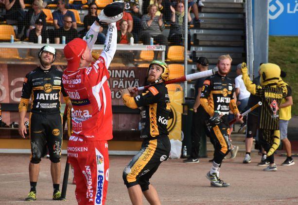Tommi Mäentausta pelaa KPL:ssä ykkönen hihassaan. Kuvassa IPV:n Joona Sikiö nosti palloa kohti taivasta.