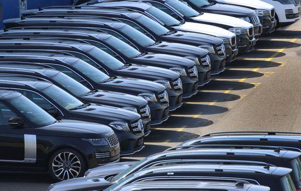 Trump on kritisoinut EU:ta toistuvasti ylijäämäisestä vaihdosta Yhdysvaltain kanssa. Euroopasta vietiin autoja Yhdysvaltoihin 37.4 miljardin euron edestä viime vuonna. Samaan aikaan yhdysvaltalaisia autoja tuotiin Eurooppaan 6.2 miljardin euron edestä.