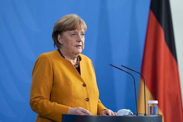 Saksan liittokansleri Angela Merkel pyysi anteeksi saksalaisilta ja korosti virheen olleen hänen omansa.
