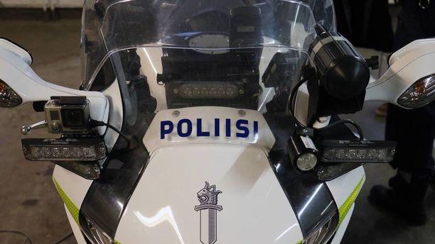 Poliisimoottoripyörässä on samat varusteet kuin autoissa. Tutkat, näytöt, gps:t, hälyvalot sun muut.