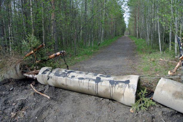 - Pari viikko sitten hän alkoi maanrakennustöihin ja pilasi tämän kulkureitin maavalleilla.