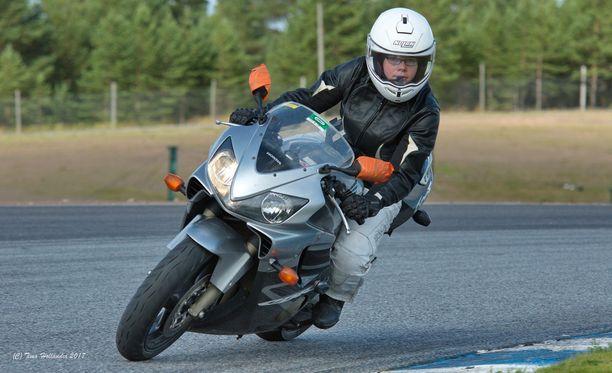 Suvi Karhu välttelee tiettyjä huonokuntoisia teitä, kun hän ajaa moottoripyörällä.