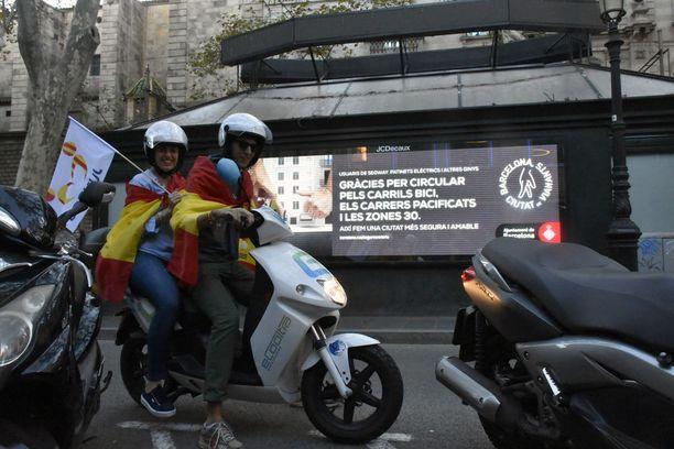 Sunnuntaina Barcelonassa oli suurmielenosoitus yhtenäisen Espanjan puolesta. Kuvan nuoret osallistuivat mielenilmaukseen.