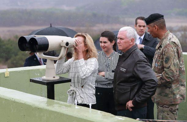 USA:n varapresidentti Mike Pence vieraili maanantaina tyttärensä kanssa Koreoiden rajavyöhykkeellä Pajussa Etelä-Koreassa.