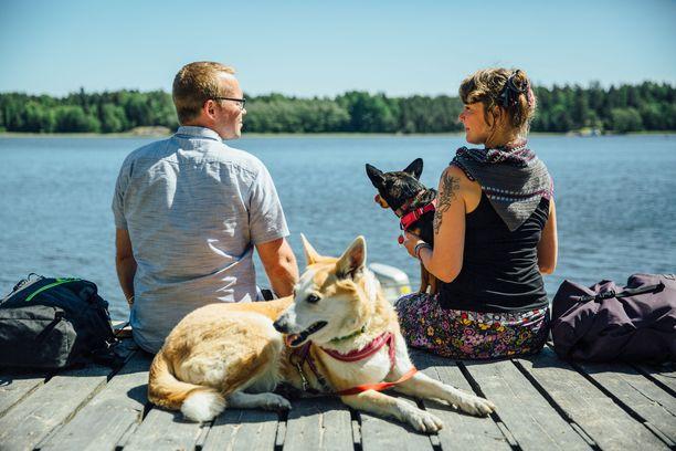 Antti Huttunen ja Reetta Ranta kulkevat avausjaksossa luonnossa kahden koirakaverin kanssa. Etualalla olevaa Lunaa kutsuu kuitenkin koirien eläke.
