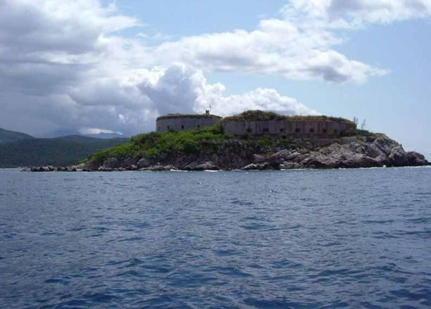 Mamulan saari sijaitsee Kotorin lahdella.
