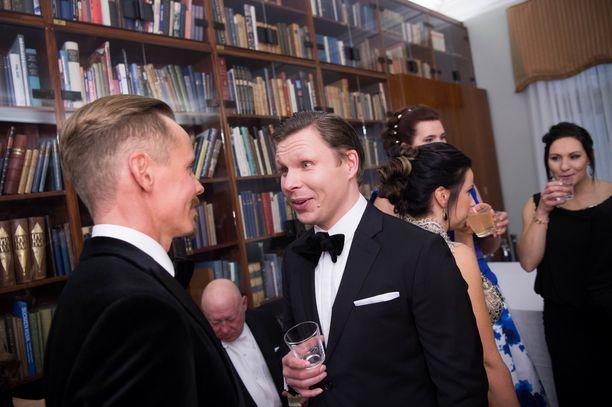 Näyttelijä Eero Milonoffilla (oik.) riitti keskusteltavaa kollega Jasper Pääkkösen kanssa Linnassa.
