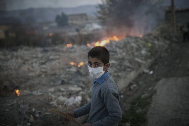 Poika Iranin Sarpol-e Zahabin kylän raunioilla 7,3 magnitudin maanjäristyksen jälkeen marraskuussa 2017. Järistyksessä kuoli noin 500 ihmistä.
