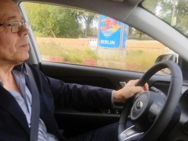 Iltalehti on mukana Kia Stonicin ensikoeajossa Berliinissä. Ensivaikutelma oli lupaava: ajossa hiljainen ja ketterä. Iso mies löytää ajoasennon myös ja hallintalaitteet kohdallaan. 7-tuuman vakionäyttö on plussaa.