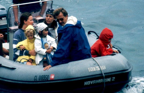 Koko perhe koossa. Veneen keulassa istuu Stefano, Pierre, Charlotte, Caroline ja Andrea Casiraghi.