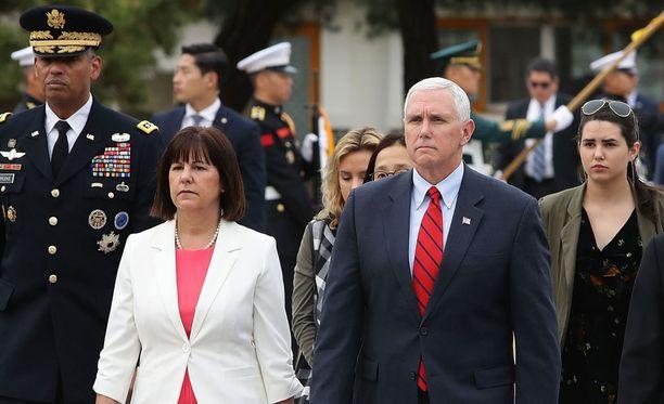 Yhdysvaltain varapresidentti Mike Pence ja hänen vaimonsa Karen Pence vierailivat Soulin kansallisella hautausmaalla sunnuntaina.