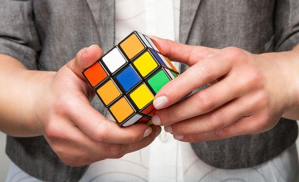 Moni on varmasti tuskaillut Rubikin kuution kanssa.