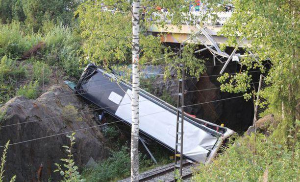 Kuopion viime perjantaina tapahtuneessa bussionnettomuudessa kuoli neljä ihmistä ja useita loukkaantui.