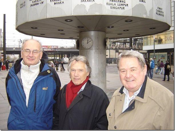 Kuvassa Stasin entinen upseeri Rudolf Herz (oikealla), Tapani Brotherus (keskellä) ja Chile-operaation johtotehtävissä työskennellyt tohtori Arnold Voigt. Kuva on vuodelta 2009 Berliinistä.