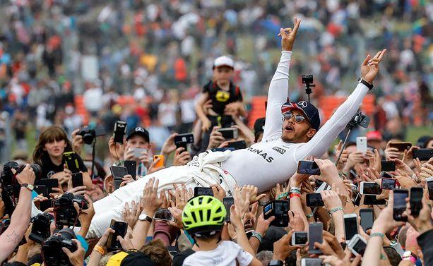 Lewis Hamilton juhli uransa viidettä Silverstonen GP-voittoa.