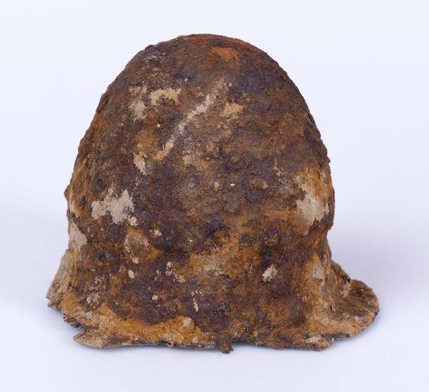 Köyliön kilvenkupura kuvattuna heti löytymisen jälkeen, ennen konservointia. Esineen päätymisessä museonäyttelyyn oli monia vaiheita, ja sen konservointiin saamisella oli kiire.
