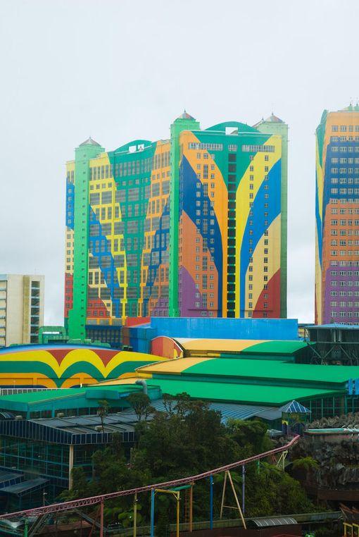 First World Hotel on paitsi maailman suurin, myös varsin värikäs.